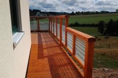 individuell gestalteter Balkon aus geölter Douglasie mit unterschiedlichen Glaselementen