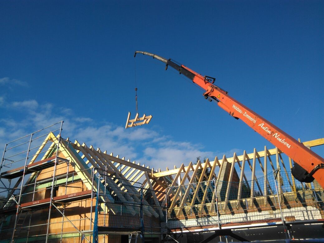 Dachkonstruktion eines Hauses mit Anbau